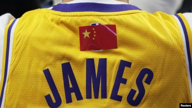 NBA超级明星勒布朗·詹姆斯的中国球迷身穿有他名字的背心观看洛杉矶湖人队和布鲁克林篮网队在上海的比赛。(2019年10月10日)