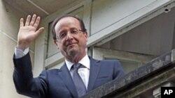 ប្រធានាធិបតីបារាំងជាប់ឆ្នោតថ្មី Fracois Hollande គ្រវីដៃទៅកាន់ពួកអ្នកគាំទ្រ។