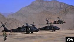 Helikopter-helikopter militer Turki disiapkan untuk menggempur persembunyian militan PKK di perbatasan Turki-Irak (19/10).