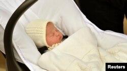 El príncipe Guillermo lleva en carruaje a su nueva hija Carlota Elizabeth Diana.