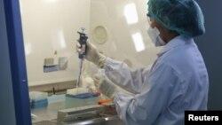 Nhân viên đang xét nghiệm mẫu lấy từ bệnh nhân bị nghi ngờ nhiễm Hội chứng Hô hấp Trung Đông.