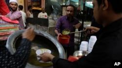 محرم میں حلیم پکانا اور بانٹنا بھی ایک روایت ہے