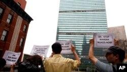 Personas protestan el lunes 3 de mayo del 2010 contra el presunto desarrollo de armas nucleares en Irán durante una manifestación frente a la sede de las Naciones Unidas en Nueva York.