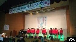14일 서울 잠실여고 체육관에서 열린 어울림 한마당에서 잠실여고 합창단이 공연하고 있다.