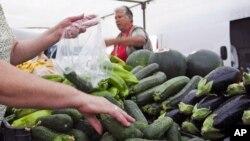 西班牙东南部的一个菜市场上出售的黄瓜