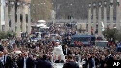 Roma Papası Fransis Vatikanda Müqəddəs Pyotr meydanında Pasxa bayramı münasibətilə toplaşmış insanları salamlayır.