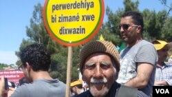 Hemwelatîyekî Kurd roja zimanê xwe yê dayikê pîroz dike