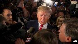 Ứng cử viên tổng thống Donald Trump phát biểu với các phương tiện truyền thông sau cuộc tranh luận tổng thống đảng Cộng hòa đầu tiên ở Cleveland ngày 06/8/2015.