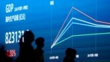 中国的 GDP 指数显示在中国上海一条街道的电子板上。