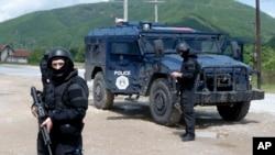Pripadnici specijalnih snaga Kosovske policije obezbeđuju oblast oko sela Čabra, severozapadno Kosovo, 28. maja 2019.