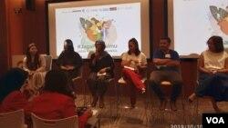 Komisioner Komnas Perempuan Riri Khariroh dan Co Director Hollaback Jakarta Anindya Restuviani saat berdiskusi bersama aktivis perempuan lainnya di Jakarta, Kamis (10/10/2019). Foto: Sasmito
