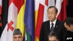 Генеральный секретарь НАТО Андерс Фог Расмуссен и президент Афганистана Хамид Карзай (справа налево в первом ряду). На заднем плане справа Генсек ООН Пан Ги Мун. Лиссабон. 20 ноября 2010 года