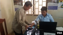 """The National Election Committee (NEC) kicked off the first day of its """"testing"""" voter registration in the selected communes from the 25 constituents nationwide, file photo. (Aun Chhengpor/VOA Khmer)"""