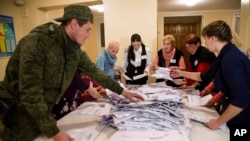 Các viên chức bầu cử kiểm phiếu bầu tại một phòng phiếu ở Donetsk, miền đông Ukraine, 2/11/14