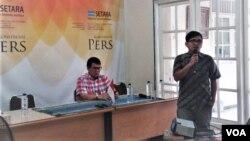 Direktur Setara Institute, Halili Hasan menjelaskan kondisi Kebebasan Beragama di Indonesia, di kantornya di Jakarta, Senin (20/8). (Foto: VOA/Fathiyah)