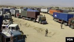 Truk-truk pengangkut pasokan bagi pasukan NATO di Afghanistan. Sebagian dana kontrak angkutan 'bocor' ke pihak Taliban.