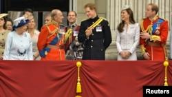 خانواده سلطنتی بریتانیا، پرنس هری نفر وسط با لباس سیاه.