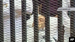埃及前总统穆巴拉克8月3日在铁笼中被推进法庭受审