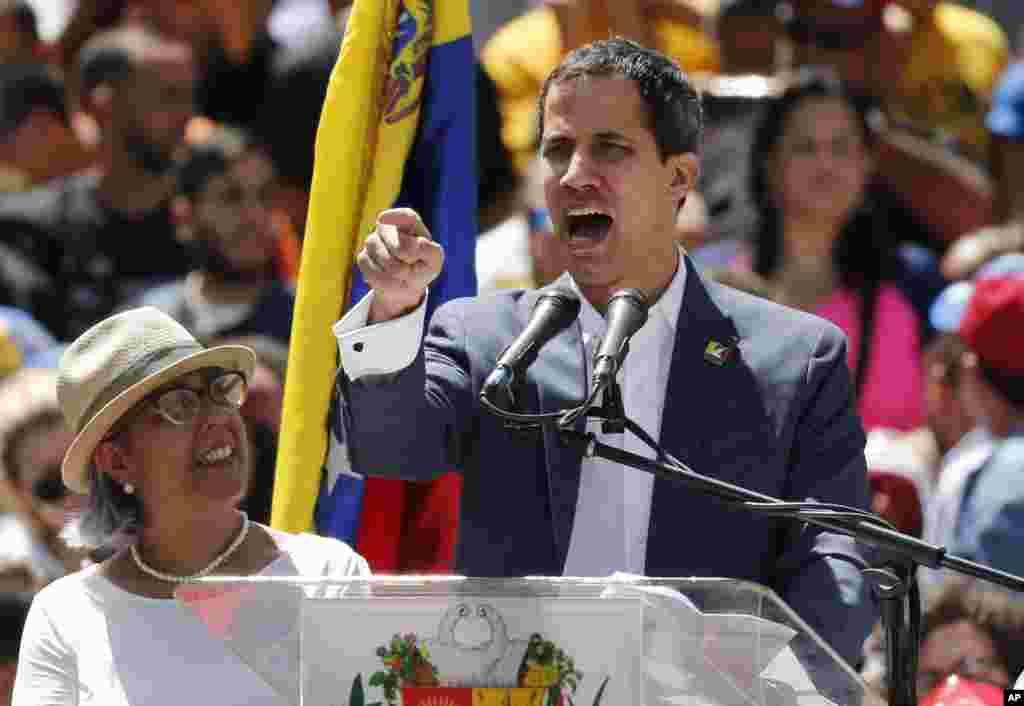 تجمع مخالفان مادورو در ونزوئلا. به دعوت خوان گوایدو رئیس جمهوری موقت، هزاران نفر به خیابان آمدند.