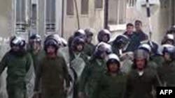Lực lượng an ninh Syria tiến về phía người biểu tình chống chế độ tại quảng trường chính ở thành phố Homs, 1/1/2012