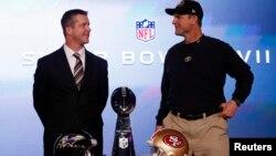 Huấn luyện viên đội San Francisco 49ers Jim Harbaugh (phải) và anh là John Harbaugh, huấn luyện viên đội Baltimore Ravens