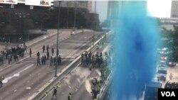 香港警方水炮車施放藍色液體驅散示威者。(攝影: 美國之音湯惠芸)