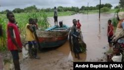 La route est coupée après la tempête qui a frappé le pays, à Manica, Mozambique, le 15 février 2017. (VOA/André Baptista)