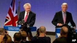 نشست خبری مشترک میشل بارنیه سرپرست هیئت مذاکره کننده اتحادیه اروپا (راست) و دیوید دیویس همتای بریتانیایی او در بروکسل - آرشیو