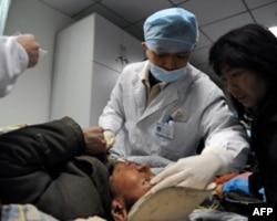 中国医护人员抢救灾区伤员