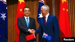 맬컴 턴불 호주 총리(오른쪽)와 리커창 중국 총리가 24일 호주 캔버라에서 만남을 가지고 양국 간 자유무역협정 연장에 합의했다.