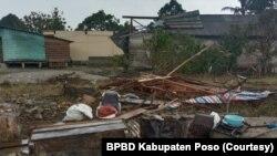 Kerusakan pada salah satu rumah warga di Desa Meko, Pamona Barat akibat angin puting beliung. Sabtu, (17/4/2021). (Foto: Courtesy/BPBD Kabupaten Poso)