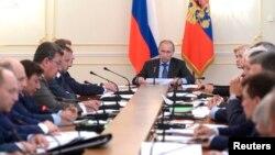 Ruski predsednik Vladimir Putin predsedava sednicom vlade u rezidenciji u Novo-Ogarjovu nadomak Moskve, 30. jul 2014.
