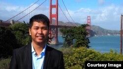 លោក សៅ ផល និស្ស័យ អ្នកយកព័ត៌មានរបស់សារព័ត៌មានថ្មីៗ ថតនៅស្ពាន Golden Gate Bridge ដ៏ល្បីរបស់ក្រុង San Francisco កាលពីថ្ងៃទី១៨ ខែកុម្ភៈ ឆ្នាំ ២០១៦ នៅចុងបញ្ចប់នៃទស្សនកិច្ចយកព័ត៌មានជាង១០ថ្ងៃក្នុងអំឡុងពេលកិច្ចប្រជុំកំពូលអាមេរិក-អាស៊ាន ដែលបានប្រព្រឹត្តធ្វើនៅលើទឹកដីអាមេរិកជាលើកដំបូងបំផុត។ (រូបផ្តល់ឲ្យដោយ សៅ ផល និស្ស័យ)