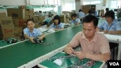 東莞一間台資工廠工人工作情況 (美國之音湯惠芸拍攝)