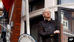 Archivo. Julian Assange saluda a partidarios desde el balcón de la embajada de Ecuador en Londres el 19 de mayo de 2017.