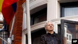 El fundador de WikiLeaks, Julian Assange, saluda a los partidarios desde un balcón de la Embajada de Ecuador en Londres. Foto de archivo del 19 de mayo de 2017.