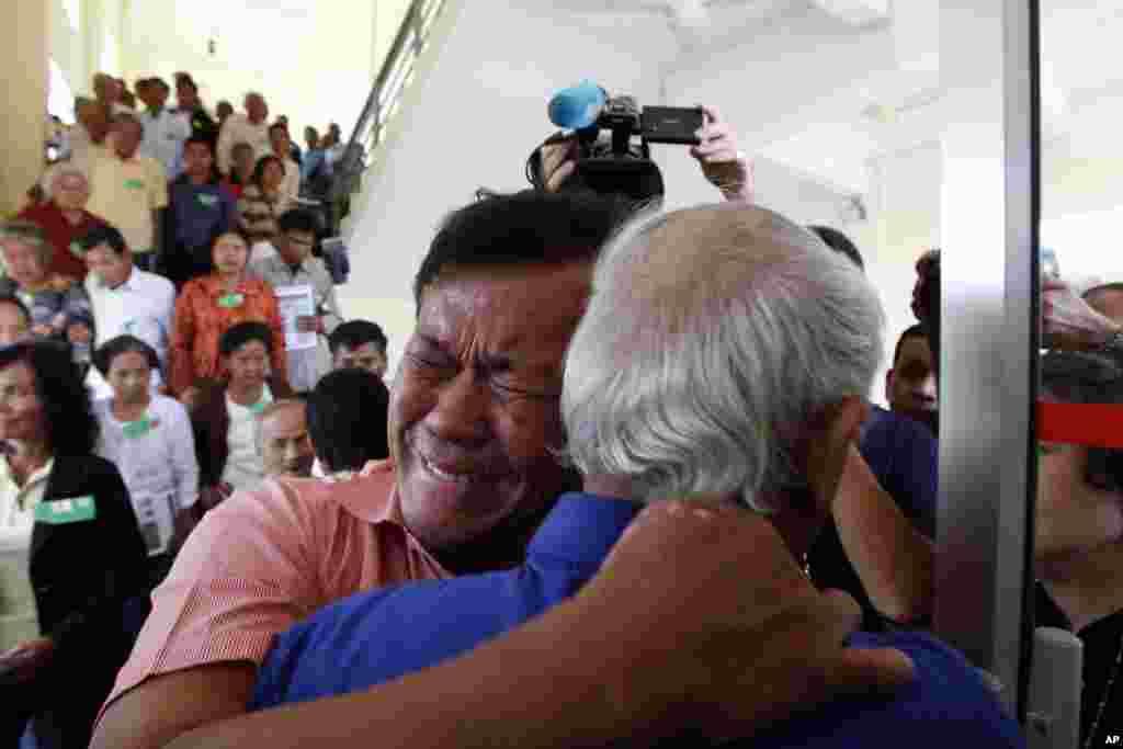 캄보디아 크메르루즈 전범재판소가 '킬링필드' 전범 2명에 종신형을 선고한 가운데, '킬링필드' 생존자들이 재판 결과를 듣고 포옹하고 있다.
