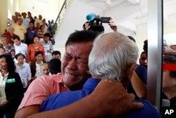 2014年8月7日,红色高棉运动爆发35周年这一天,法庭宣布红色高棉领导人乔森潘和农谢被判无期徒刑,红色高棉运动中的两位幸存者在得知此消息后激动相拥。