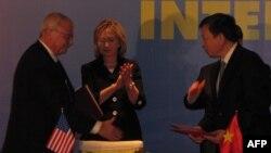 Ngoại trưởng Hillary Clinton của Hòa Kỳ tại lễ ký hợp đồng chuyển đổi B787-9 giữa Vietnam Airlines với hãng Boeing tại Hà Nội, ngày 29 tháng 10, 2010.