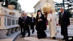 프란치스코 교황(오른쪽 2번째)이 8일 합동 기도회를 마친 후 마흐무드 압바스 팔레스타인 자치정부 수반(오른쪽), 시몬 페레스 이스라엘 대통령(왼쪽)과 함게 걷고 있다.
