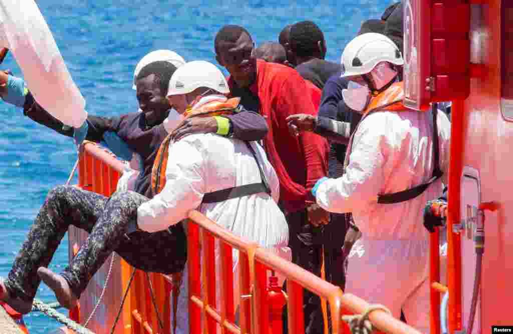 VENDREDI.Un bateau avec 700 migrants fait naufrage en Grèce. Lire la suite ici.