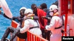 Un migrant, qui faisait partie d'un groupe de 58 personnes, a été sauvé près des Iles Canaries, Espagne, le 30 mai 2016.