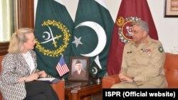 Bà Alice G. Wells trong một cuộc gặp với quan chức quốc phòng Pakistan.