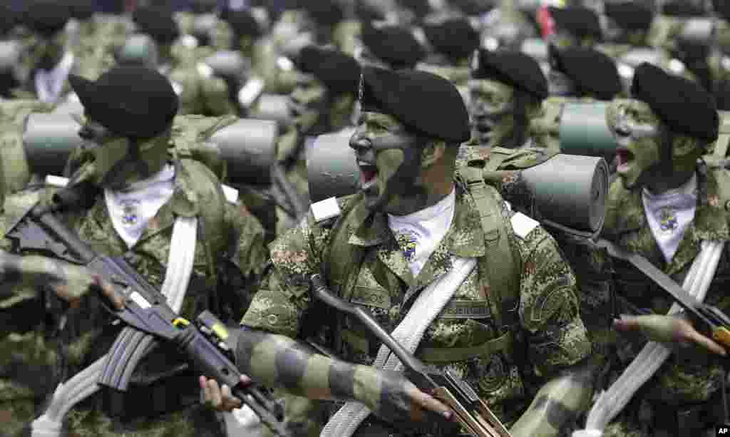 Pasukan khusus Kolombia memperagakan atraksi pada perayaan HUT kemerdekaan di Bogota.