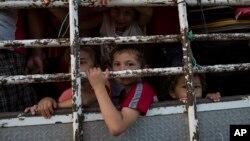 Deca u kamionu na putu za SAD (Foto: AP/Rodrigo Abd)