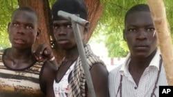 Wasu matasa 'yan banga suka tsaya don a dauki hotonsu a Maiduguri, 11 Yuni, 2013.
