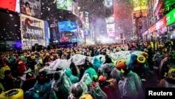 成千上万的民众聚集在纽约时报广场迎接2019年的到来 (2018年12月31日)