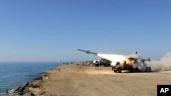 Sebuah misil ditembakkan dalam latihan militer Iran di dekat pelabuhan Jask di Teluk Oman (Foto: dok). Pengawal Revolusi Iran telah memulai latihan pertahanan laut dan udara skala besar dekat Selat Hormuz yang strategis.
