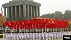 Para tentara berbaris melewati mausoleum Presiden pertama Vietnam, Ho Chi Minh, dalam perayaan 1.000 tahun Hanoi.