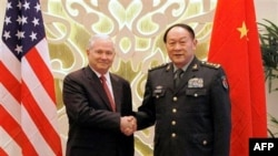 Bộ trưởng Quốc phòng Hoa Kỳ Robert Gates và Bộ trưởng Quốc phòng Trung Quốc Lương Quang Liệt tại Hội nghị Thượng đỉnh An ninh châu Á